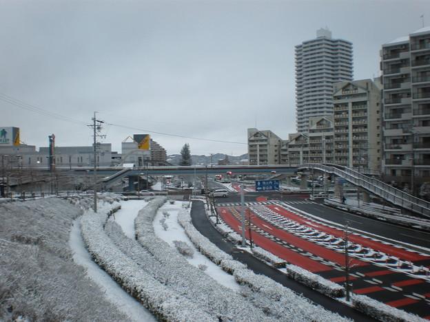 写真: 雪の桃花台センター交差点