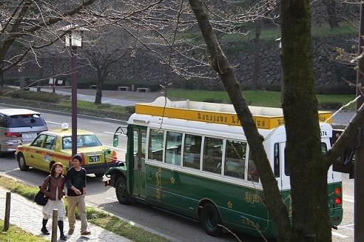 金沢周遊バス「秋声」と桜の木