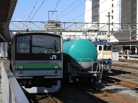 横浜線205系とタキとEF65-1115(八王子駅)