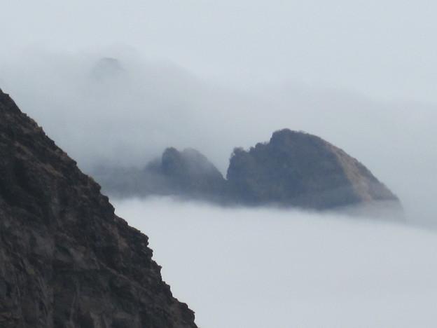ガスの中から浮き上がって見える山