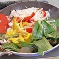 Photos: パプリカ、えのき茸、青梗菜の葉も入れて炒める。強火。