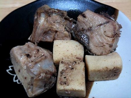 食べ応えありそうなブリのアラがあったので、衝動的かつ超適当に煮てうまうま食す。