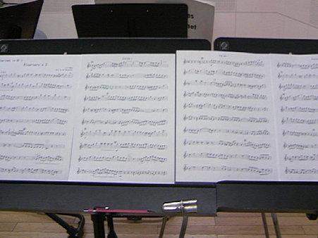 2台の譜面台に並べた楽譜