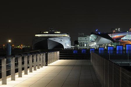 夜の横浜港大さん橋とナッチャンWorld