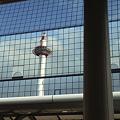 京都タワー京都駅ビルのミラー反射
