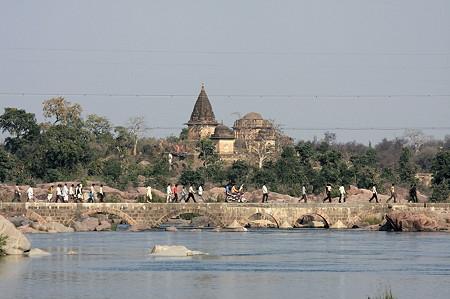 2010.02.02 オルチャ遺跡 べトゥワ川に架かる橋を渡る村人