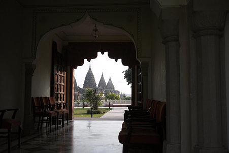 2010.02.02 オルチャ遺跡 ホテルの通路からラームラジャ寺院