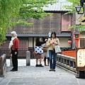 写真: 2010.04.30 祇園 白川たつみばしは国際化