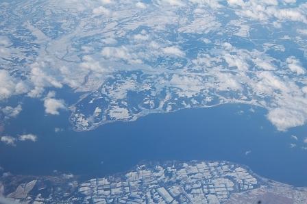 飛行機の窓から望む。たぶん、岩手県辺りの景色