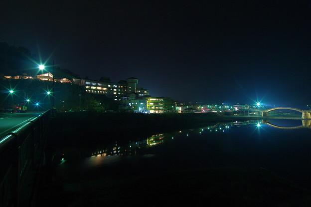 川沿いの灯り