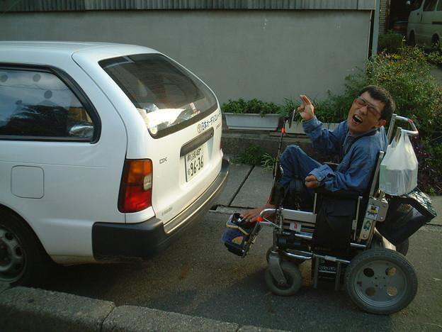 車椅子 歩道を歩いてたら 自動車が・・・