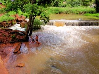 川で泳ぐ子どもたち