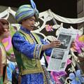 Photos: マジーク アラビの新聞を読む