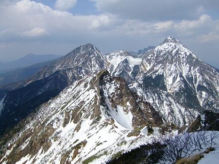 キレット越しに望む赤岳(右)と阿弥陀岳(左)